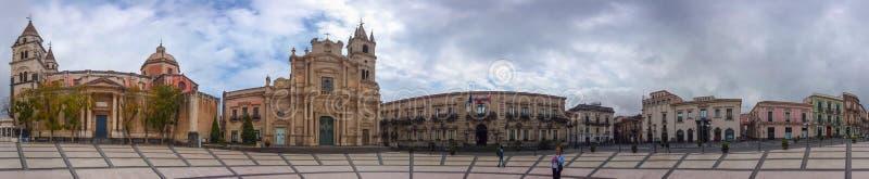 主教座堂广场全景在阿奇雷亚莱,西西里岛,意大利 免版税库存图片