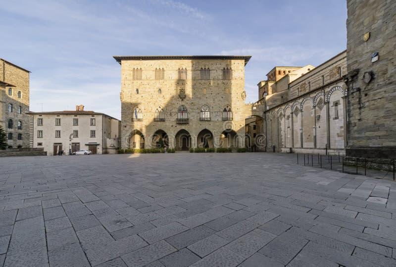 主教座堂广场在皮斯托亚和Palazzo没有人,托斯卡纳,意大利的del Comune 库存照片