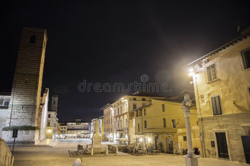 主教座堂广场在皮耶特拉桑塔LU 图库摄影