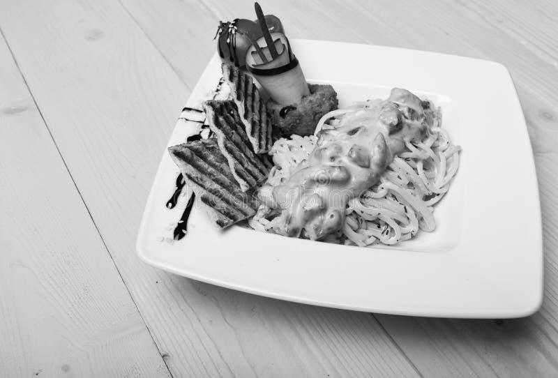 主菜概念 面团用白汁和装饰 库存图片