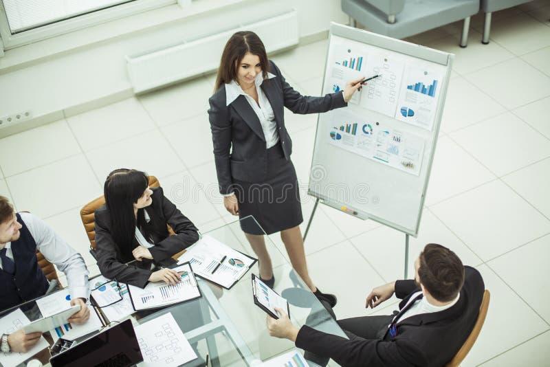主要专家公司做介绍企业队的一个新的财政项目 免版税库存照片