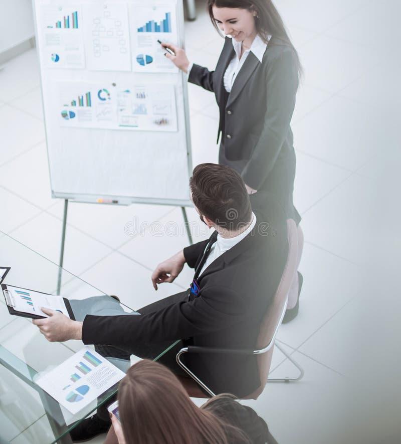 主要专家公司做介绍企业队的一个新的财政项目 免版税库存图片