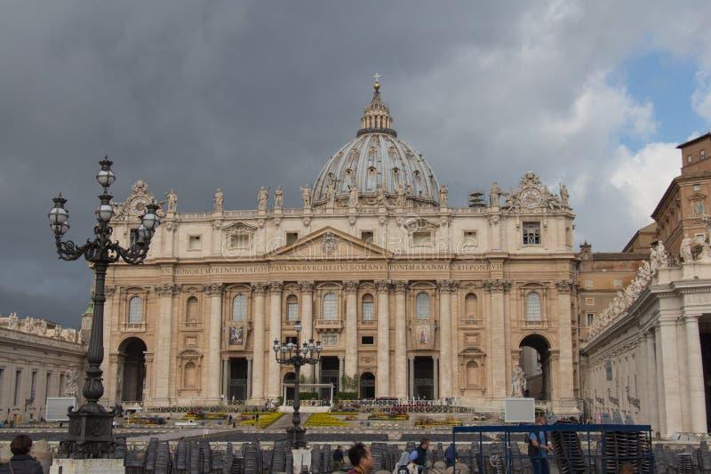 主要从有多雨云彩的圣彼得的广场看见的圣彼得的大教堂门面和圆顶在背景,梵蒂冈stat 免版税库存照片