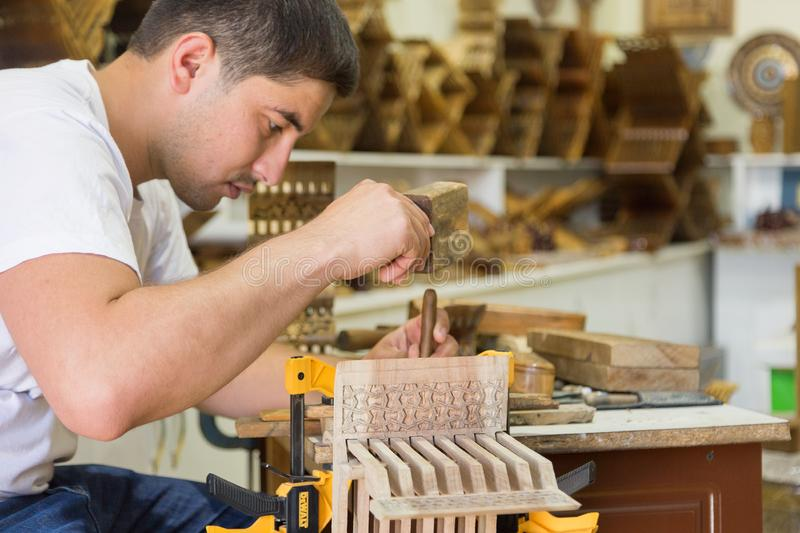 主要制造的创造的巧妙rihals从布哈拉,乌兹别克斯坦的木书摊 免版税库存图片