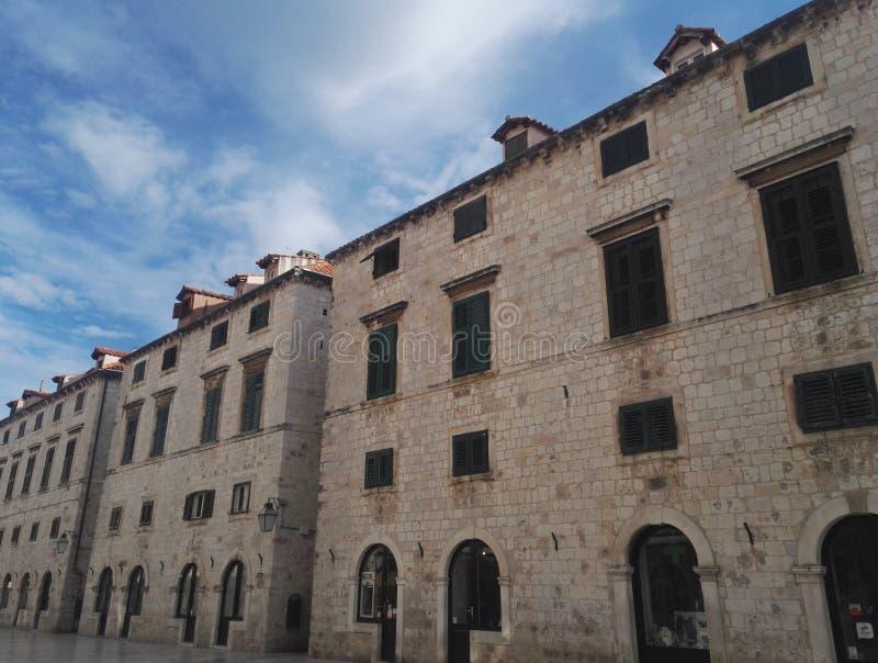 主要城市街道Stradun的建筑学在杜布罗夫尼克,克罗地亚 免版税库存图片