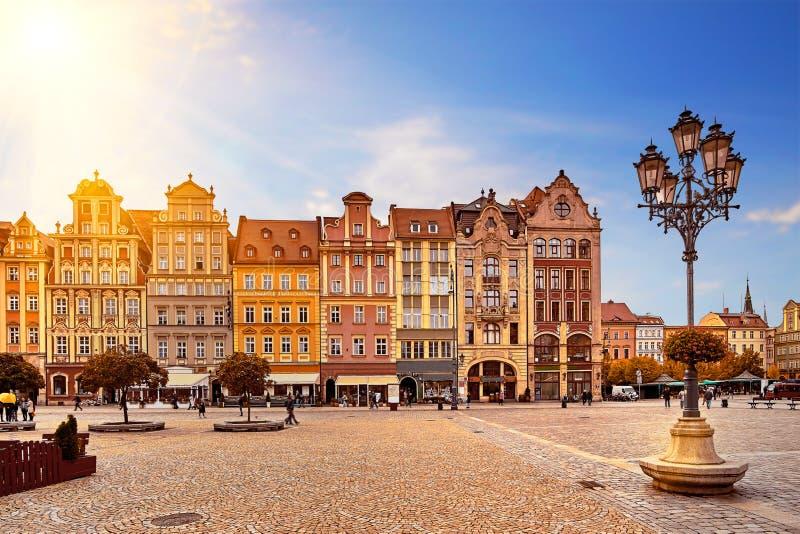 主要市场正方形在有老五颜六色的房子、街道灯笼灯和走的游人人民的弗罗茨瓦夫波兰 免版税图库摄影