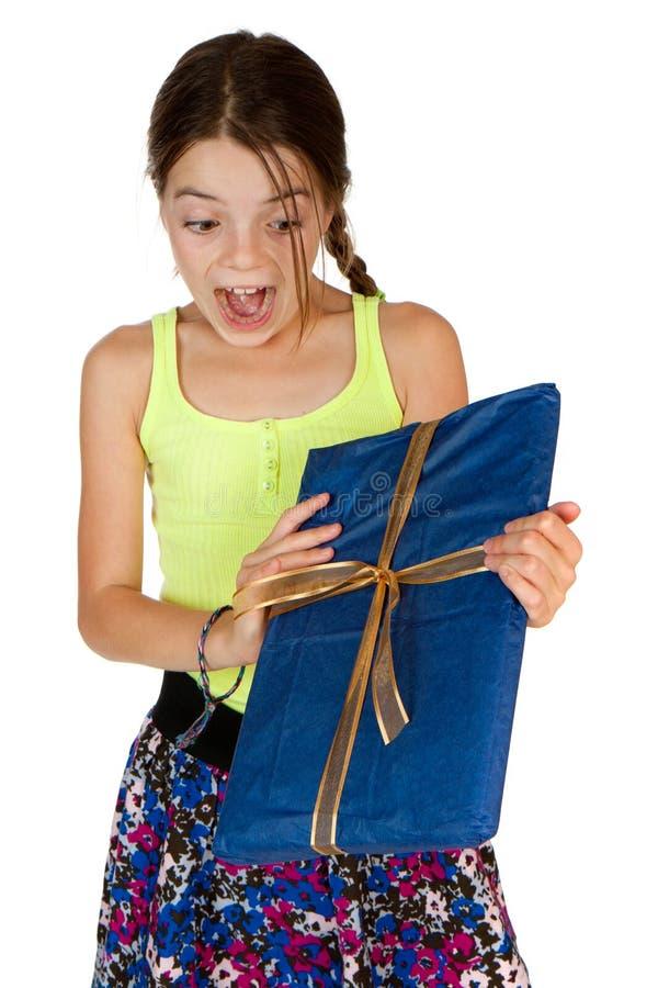 主要年龄兴奋礼品的女孩接受 免版税库存照片