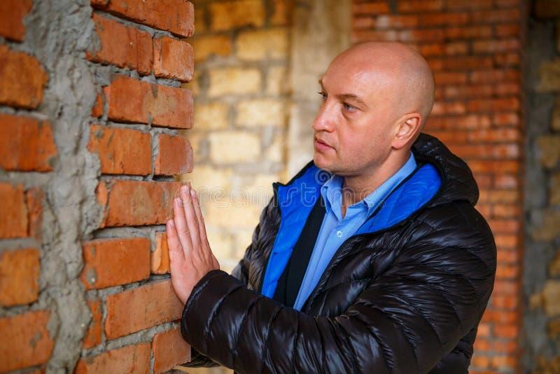 主要建造者检查砖放置的质量 库存照片