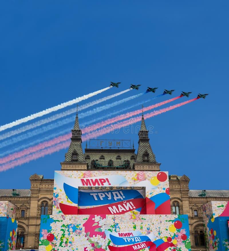 主要普遍商店GUMand俄国军用飞机在形成飞行 莫斯科俄国 免版税图库摄影