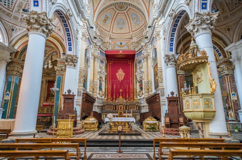 主要法坛在圣彼得罗圣伯多禄大教堂里在莫迪卡 西西里岛,南意大利 免版税库存图片