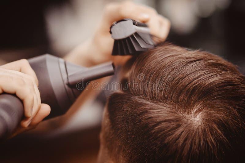 主要理发师发型和称呼与对人的干毛发 概念理发店 r 库存照片