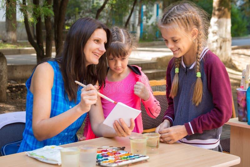 主要类的老师显示一个例子,快乐的笑声 库存照片