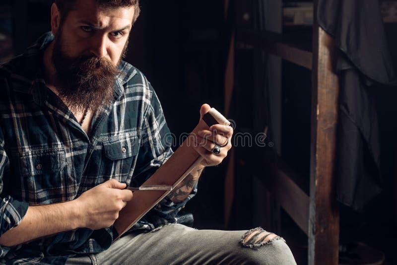 主要美发师做发型和样式与剪刀和梳子 美发师为帅哥工作在理发师 图库摄影