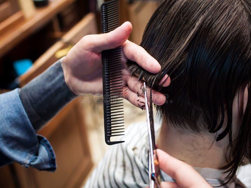 主要美发师切开沙龙的一个人 库存照片