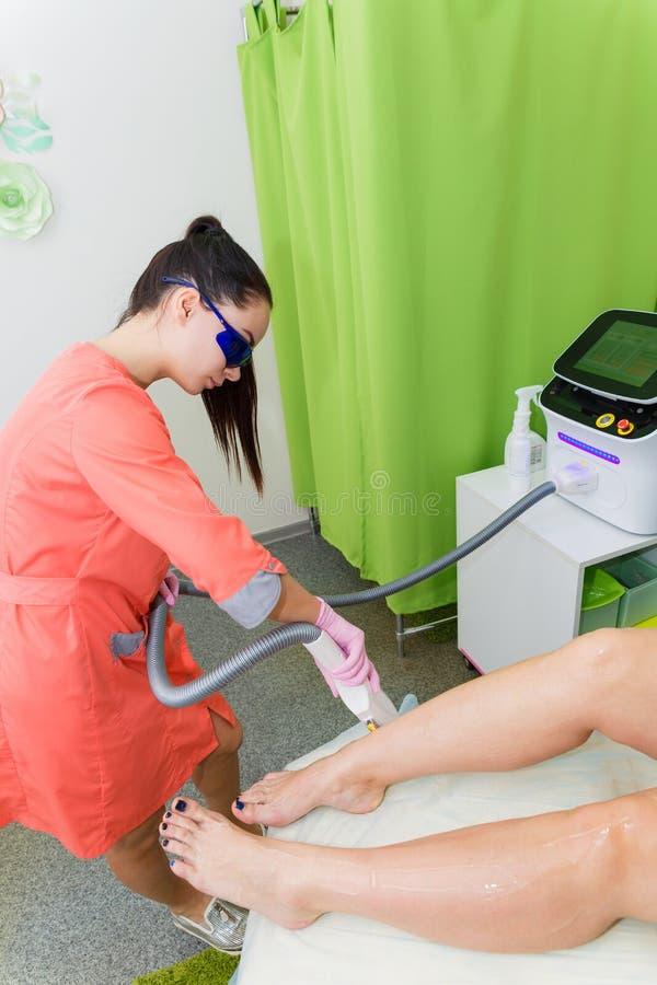 主要美容师取消头发与激光头发撤除 激光腿的头发撤除做法  免版税图库摄影