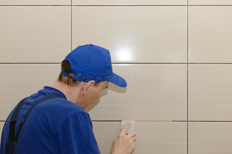 主要铺磁砖工盖在瓦片之间的联接 库存照片
