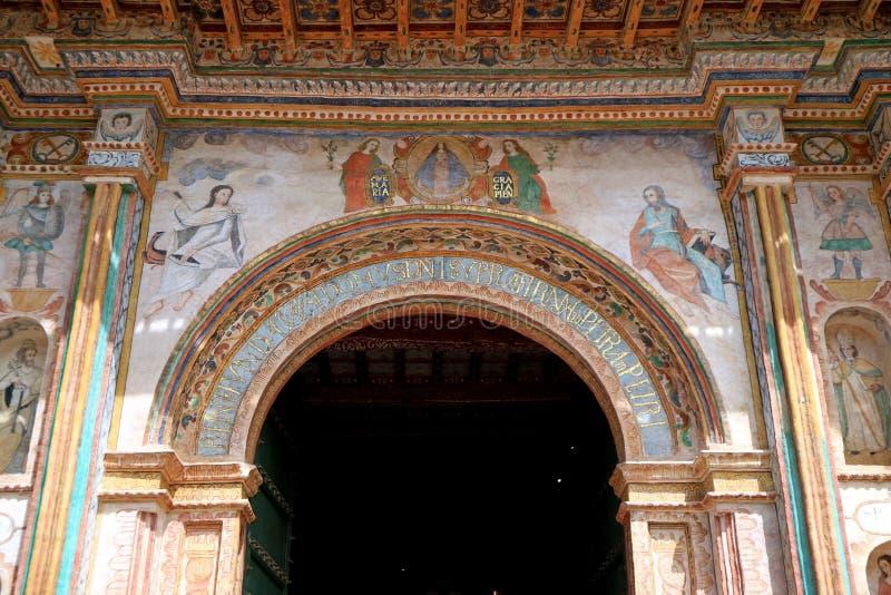 主要门廊圣佩德罗火山Apostol de Andahuaylillas Church的华美的壁画,叫作美国的西斯廷教堂,秘鲁 免版税库存图片