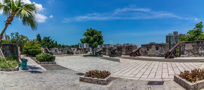 主要防御高原全景与登上堡垒,大炮台复制品大炮的,在植被里面 桑托António, 免版税库存图片