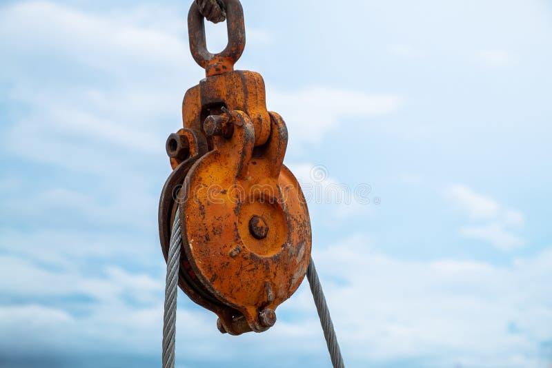 举与吊索的建筑用起重机卷扬机在建筑工作站点 免版税库存照片