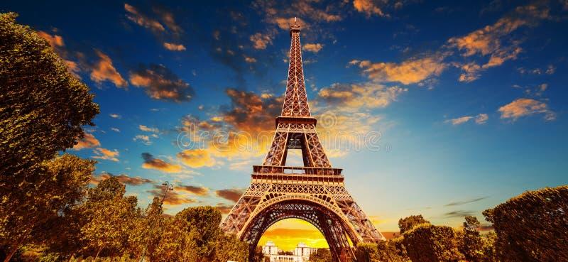 举世闻名的埃菲尔铁塔在日落的五颜六色的天空下 免版税库存图片