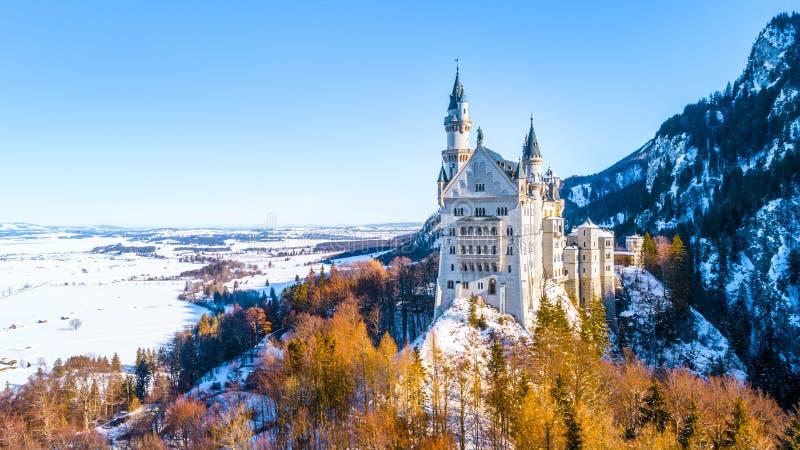 举世闻名的新天鹅堡城堡,为路德维希二世国王建造的19世纪罗马式复兴宫殿美丽的景色  库存图片