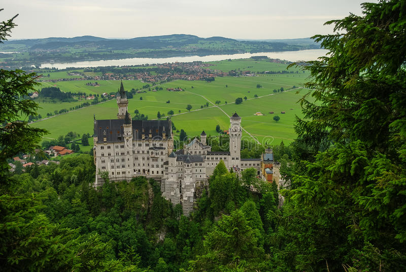 举世闻名的新天鹅堡城堡,第19个c美丽的景色  免版税库存照片