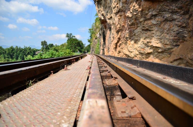 举世闻名的泰国火车它是在一个高高架桥的方式 免版税图库摄影