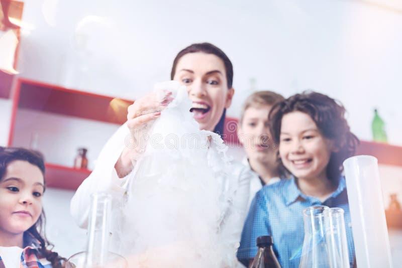 举办实用化学教训的激动的女老师 图库摄影