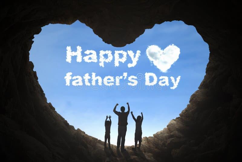 举在洞的父亲和孩子手 免版税图库摄影