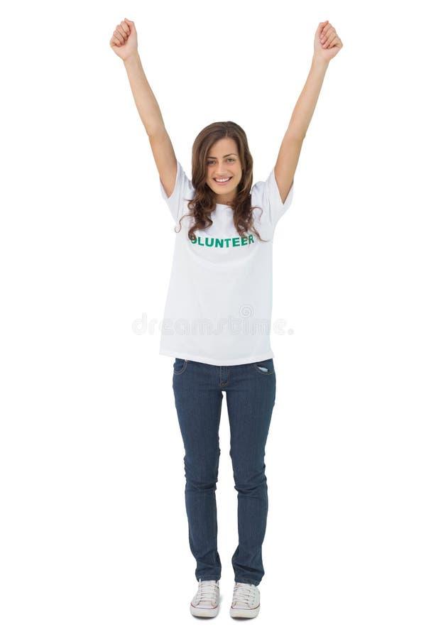 举她的胳膊的妇女佩带的志愿T恤杉 库存照片