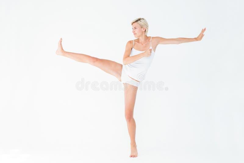 举她的腿的俏丽的妇女 库存照片
