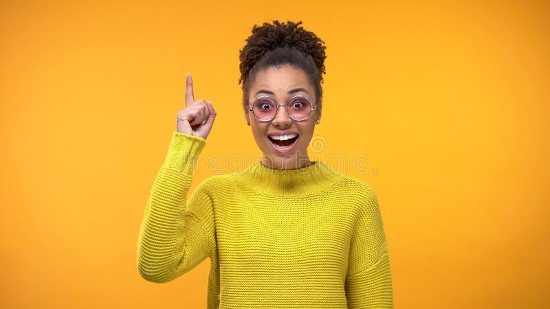 举手指的聪明的黑人妇女,新的创造性的想法,科学发现 库存照片