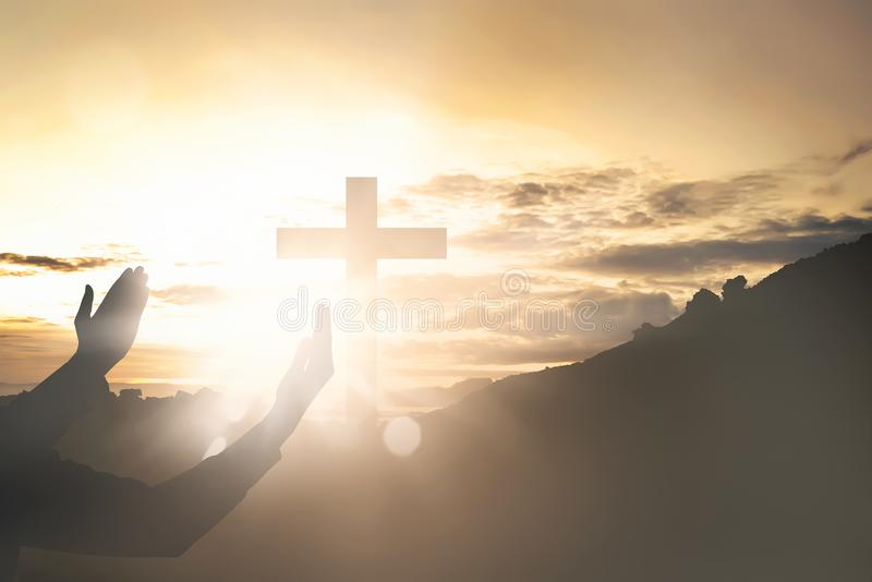 举手的人的手,当祈祷对耶稣时 免版税库存图片