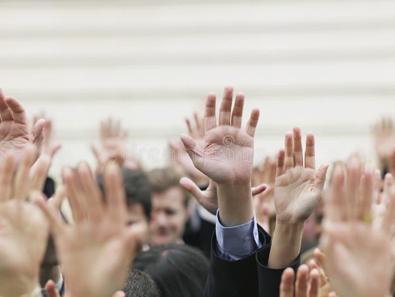举手的企业人群 库存照片