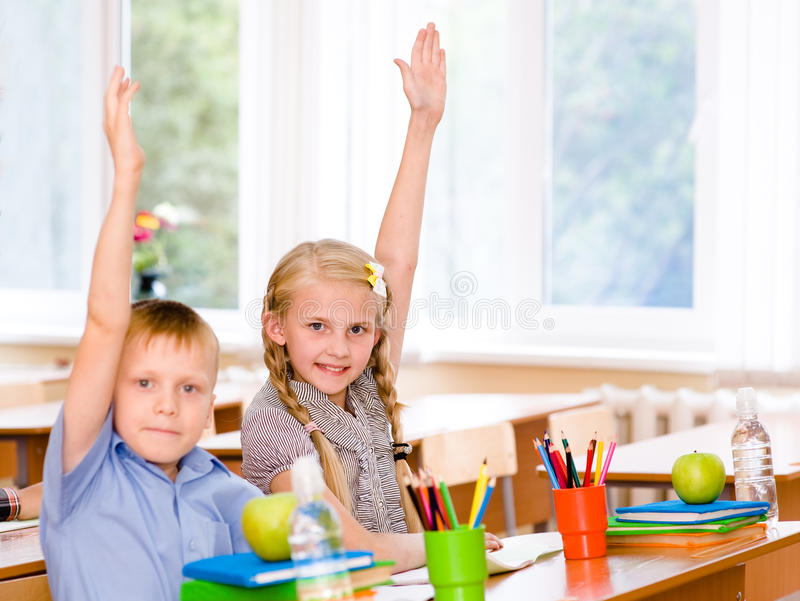 举手的孩子认识答复对问题 库存照片