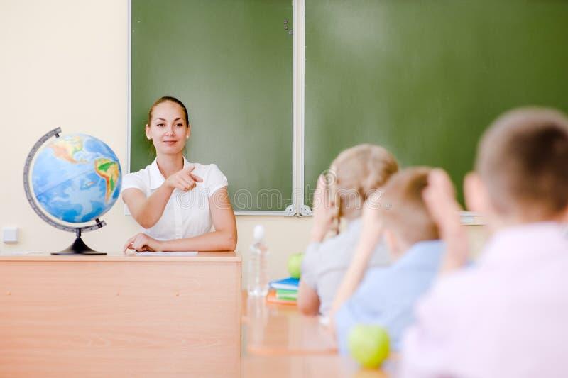 举手的孩子认识答复对问题 免版税图库摄影