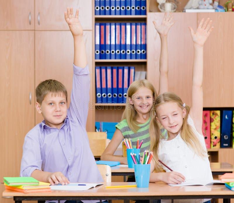 举手的孩子认识答复对问题 库存图片