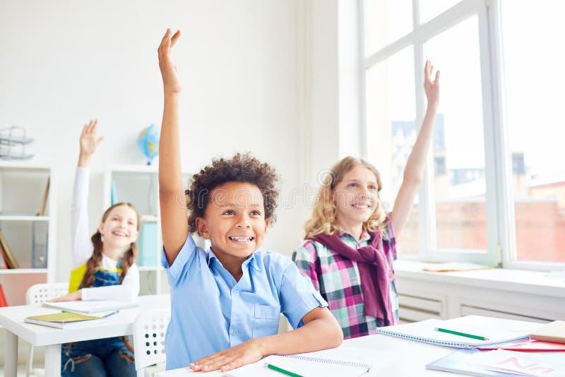 举手的孩子 免版税库存图片