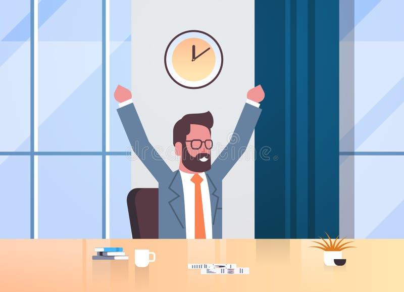 举手的愉快的商人表达成功有效的时间管理概念商人坐的工作场所书桌 向量例证