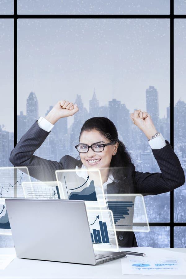 举手的年轻企业家在办公室 图库摄影