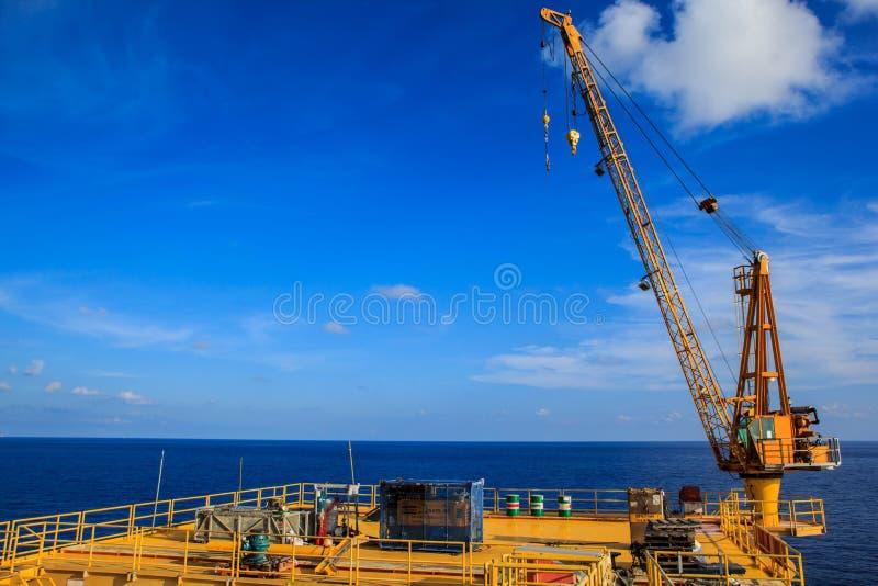 举的起重机近海处 图库摄影