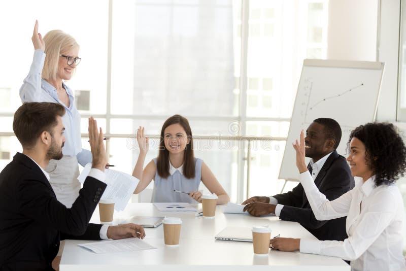 举行不同的雇员的成熟女性教练教育简报 免版税库存图片
