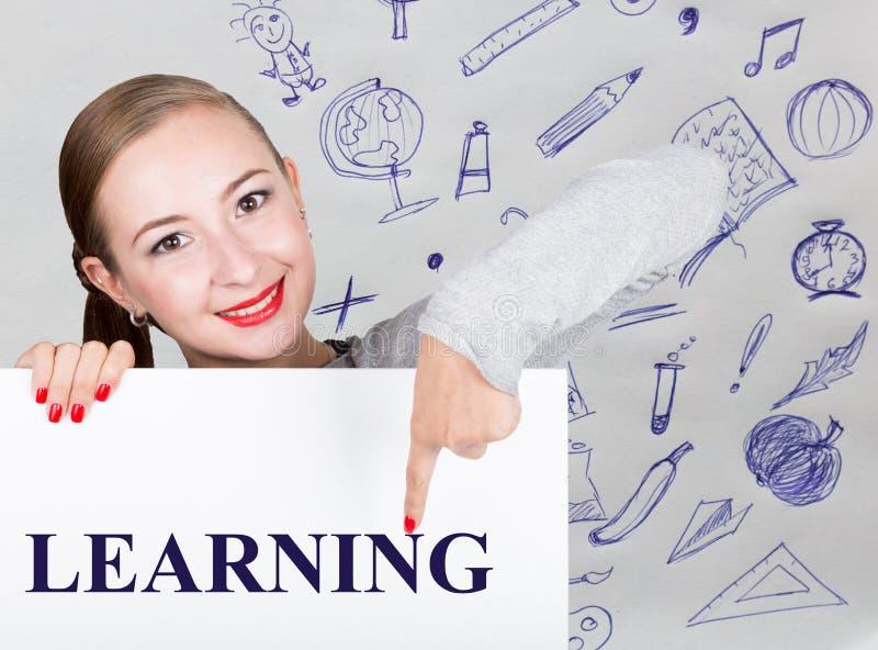 举行与文字词的少妇whiteboard :学会 技术、互联网、事务和营销 库存图片