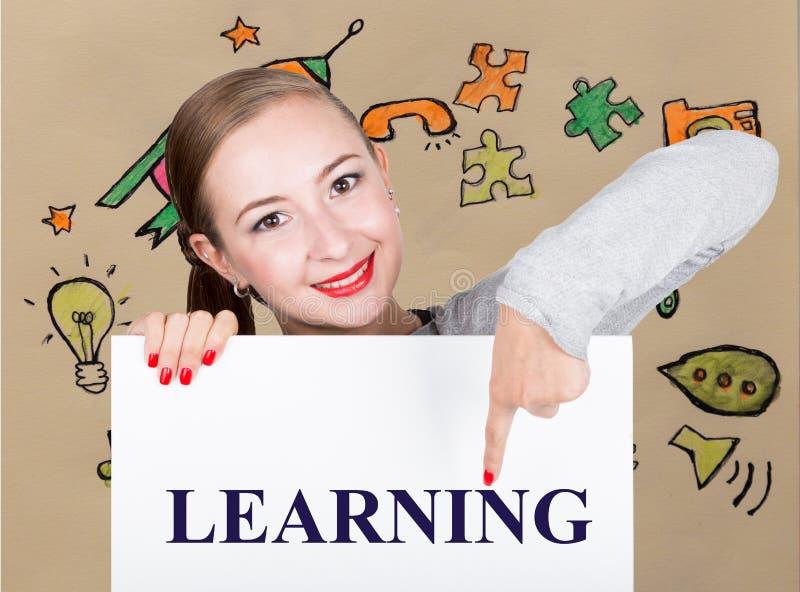 举行与文字词的少妇whiteboard :学会 技术、互联网、事务和营销 免版税库存照片