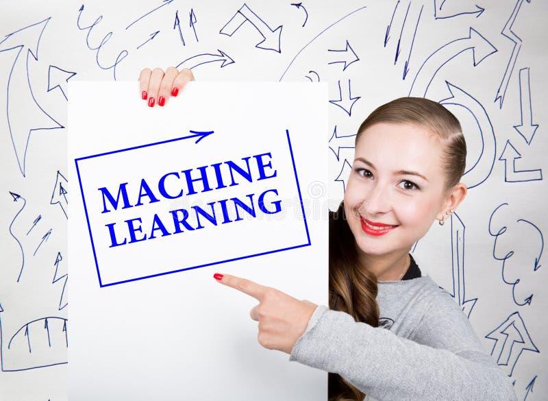 举行与文字词的少妇whiteboard :机器学习 技术、互联网、事务和营销 免版税库存图片