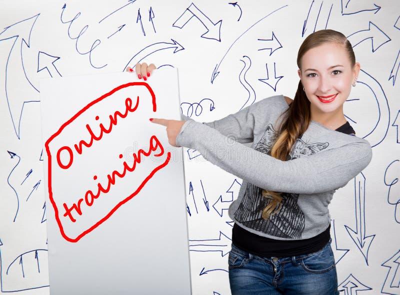 举行与文字词的少妇whiteboard :网上训练 技术、互联网、事务和营销 库存图片