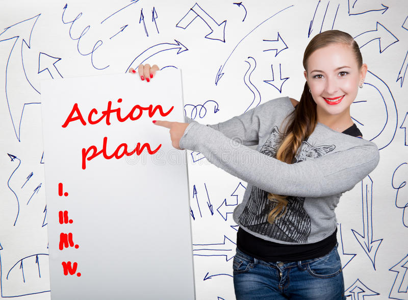 举行与文字词的少妇whiteboard :行动纲领 技术、互联网、事务和营销 库存图片