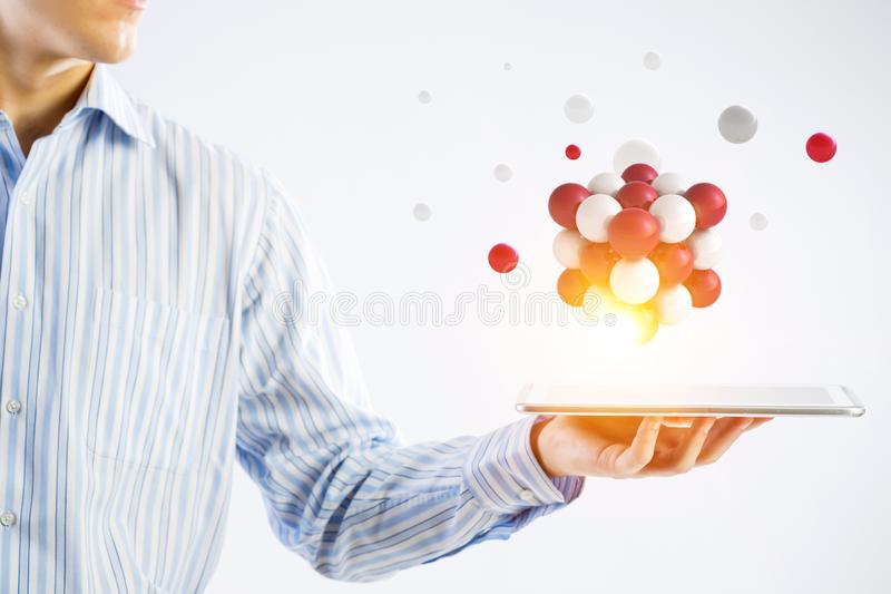 举行与浮动一束的女实业家一tabalet的球形上面 r 库存照片