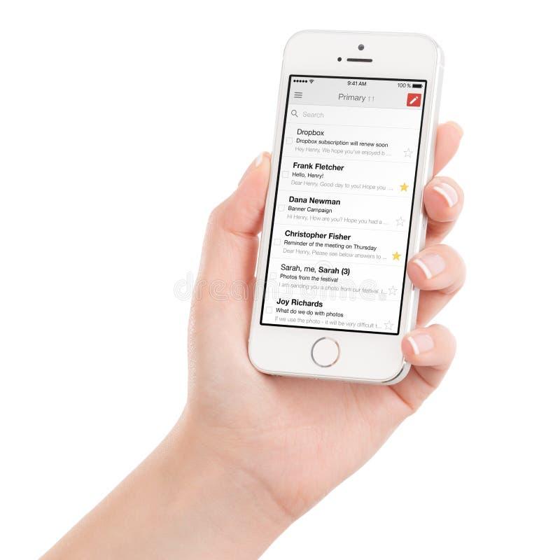 举行与谷歌Gmail app的女性手白色苹果计算机iPhone 5s 库存照片