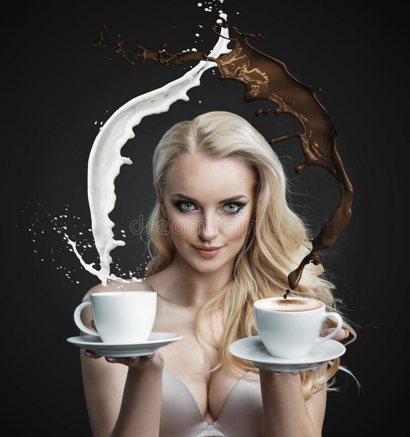 举行做的一个美丽的金发碧眼的女人的画象咖啡飓风 库存照片